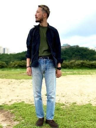 Come indossare e abbinare una t-shirt girocollo verde oliva: Opta per una t-shirt girocollo verde oliva e jeans azzurri per un pranzo domenicale con gli amici. Perché non aggiungere un paio di chukka in pelle scamosciata marrone scuro per un tocco di stile in più?