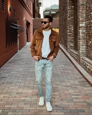 Trend da uomo 2021: Prova ad abbinare una giacca harrington in pelle scamosciata marrone con jeans azzurri per un pranzo domenicale con gli amici. Sneakers basse di tela bianche sono una splendida scelta per completare il look.