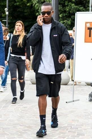 Come indossare e abbinare una giacca harrington nera: Indossa una giacca harrington nera con pantaloncini di jeans neri per vestirti casual. Scarpe sportive nere creeranno un piacevole contrasto con il resto del look.