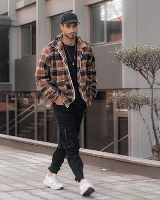 Come indossare e abbinare scarpe sportive grigie: Mostra il tuo stile in una giacca harrington scozzese marrone chiaro con pantaloni cargo neri per un look spensierato e alla moda. Per distinguerti dagli altri, opta per un paio di scarpe sportive grigie.