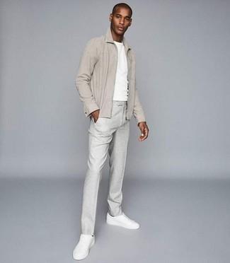 Come indossare e abbinare una giacca harrington beige: Abbina una giacca harrington beige con pantaloni eleganti grigi per essere sofisticato e di classe. Calza un paio di sneakers basse in pelle bianche per un tocco più rilassato.