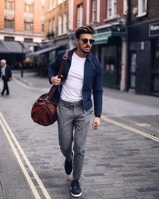 Come indossare e abbinare una giacca harrington blu scuro: Potresti combinare una giacca harrington blu scuro con pantaloni eleganti grigi per essere sofisticato e di classe. Scegli un paio di sneakers basse in pelle scamosciata blu scuro per un tocco più rilassato.