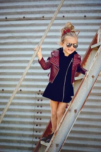 Come indossare: giacca in pelle bordeaux, vestito nero, sneakers nere