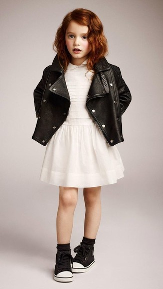 Come indossare: giacca in pelle nera, vestito bianco, sneakers nere