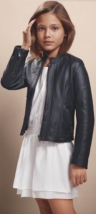 Come indossare: giacca in pelle nera, vestito di chiffon bianco