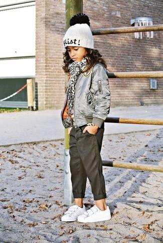Come indossare: giacca grigia, jeans neri, sneakers bianche, cuffia bianco
