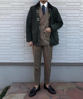 Trend da uomo 2020 in autunno 2020: Indossa una giacca leggera verde scuro con un abito marrone per un look elegante e alla moda. Completa questo look con un paio di mocassini con nappine in pelle neri. Una magnifica scelta per tuo look autunnale!