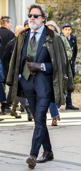 Come indossare e abbinare: giacca leggera verde oliva, abito blu scuro, gilet di lana verde scuro, camicia elegante a righe verticali azzurra