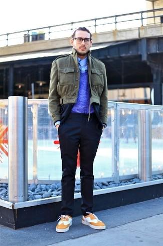 Come indossare e abbinare: giacca leggera verde oliva, abito blu scuro, maglione con scollo a v blu, camicia a maniche lunghe azzurra