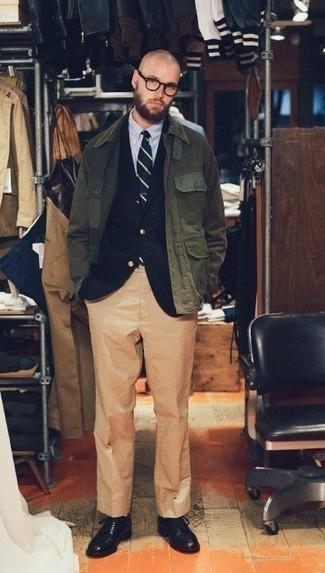 Come indossare e abbinare pantaloni eleganti marrone chiaro: Potresti indossare una giacca leggera verde oliva e pantaloni eleganti marrone chiaro per una silhouette classica e raffinata Perfeziona questo look con un paio di scarpe derby in pelle nere.