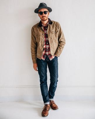 Come indossare e abbinare: giacca leggera marrone chiaro, camicia a maniche lunghe scozzese bianca e rossa e blu scuro, jeans blu scuro, stivali casual in pelle marroni