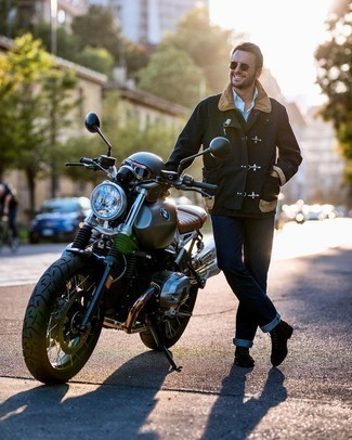 Come indossare e abbinare jeans blu scuro: Scegli una giacca leggera verde scuro e jeans blu scuro per un look spensierato e alla moda. Prova con un paio di stivali casual in pelle scamosciata marrone scuro per dare un tocco classico al completo.