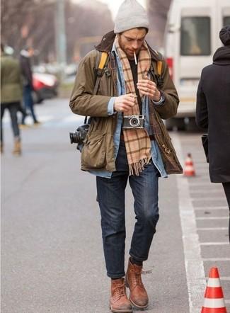 Come indossare e abbinare: giacca leggera marrone, camicia di jeans azzurra, t-shirt girocollo nera, jeans grigio scuro