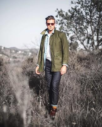 Come indossare e abbinare: giacca leggera verde oliva, camicia di jeans azzurra, t-shirt girocollo bianca, jeans neri