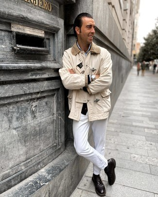 Come indossare e abbinare un cardigan nero: Indossa un cardigan nero con jeans bianchi per un outfit comodo ma studiato con cura. Sfodera il gusto per le calzature di lusso e opta per un paio di scarpe brogue in pelle marrone scuro.