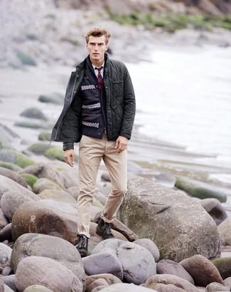 Come indossare e abbinare: giacca leggera trapuntata grigio scuro, cardigan con collo a scialle con motivo fair isle blu scuro, camicia a maniche lunghe bianca, chino beige