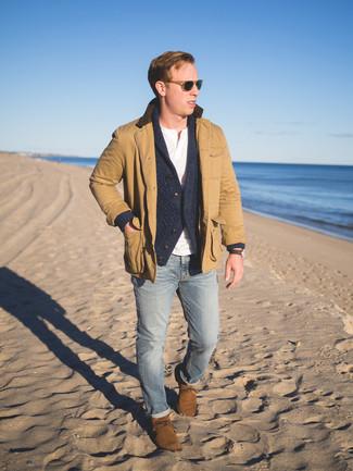 Come indossare e abbinare: giacca leggera marrone chiaro, cardigan con collo a scialle grigio scuro, serafino bianco, jeans aderenti azzurri