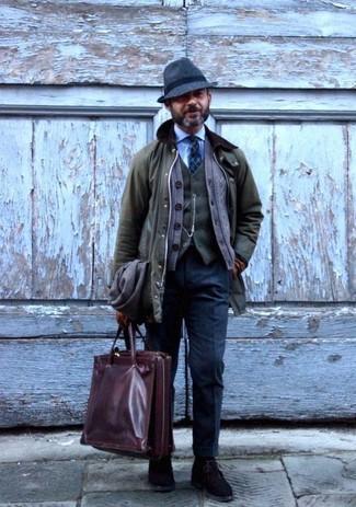 Come indossare e abbinare: giacca leggera verde oliva, cardigan marrone, gilet di lana verde oliva, camicia elegante azzurra