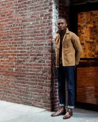 Come indossare e abbinare: giacca leggera marrone chiaro, dolcevita marrone, jeans blu scuro, chukka in pelle marroni