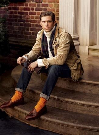 Come indossare e abbinare: giacca leggera marrone chiaro, dolcevita beige, jeans blu scuro, mocassini con nappine in pelle marroni