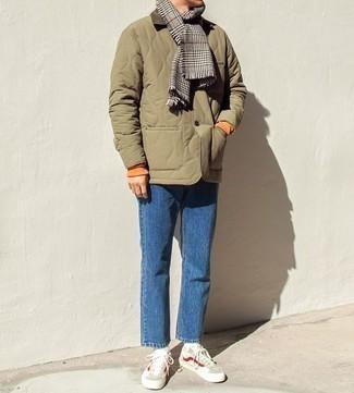 Come indossare e abbinare una sciarpa con motivo pied de poule grigia: Potresti combinare una giacca leggera trapuntata verde oliva con una sciarpa con motivo pied de poule grigia per un look perfetto per il weekend. Prova con un paio di sneakers basse beige per dare un tocco classico al completo.