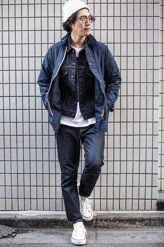 Come indossare e abbinare calzini bianchi: Indossa una giacca leggera blu scuro e calzini bianchi per una sensazione di semplicità e spensieratezza. Lascia uscire il Riccardo Scamarcio che è in te e indossa un paio di sneakers basse di tela bianche per dare un tocco di classe al tuo look.