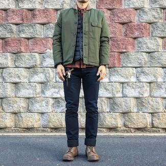 Come indossare e abbinare: giacca leggera verde oliva, gilet trapuntato nero, camicia a maniche lunghe a quadri rossa e nera, jeans aderenti blu scuro