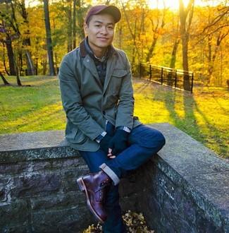 Come indossare e abbinare: giacca leggera verde scuro, gilet blu scuro, camicia a maniche lunghe scozzese blu scuro, jeans blu scuro