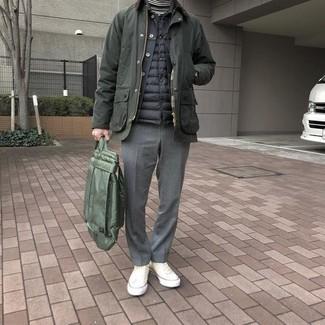 Come indossare: giacca leggera verde oliva, gilet trapuntato nero, giacca di jeans nera, dolcevita a righe orizzontali bianco e nero