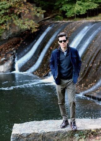 Come indossare e abbinare un maglione con zip blu scuro: Metti un maglione con zip blu scuro e chino verde oliva per affrontare con facilità la tua giornata. Rifinisci questo look con un paio di stivali casual in pelle marrone scuro.
