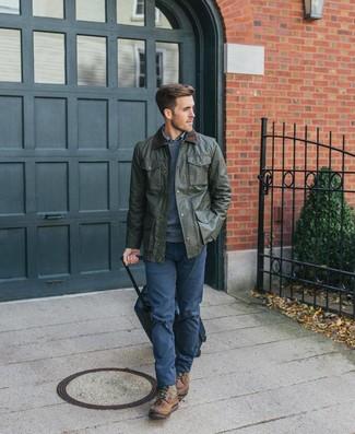 Come indossare e abbinare: giacca leggera verde oliva, maglione girocollo blu scuro, camicia a maniche lunghe scozzese blu, chino blu scuro