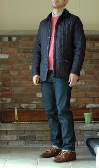 Come indossare e abbinare jeans blu scuro: Per creare un adatto a un pranzo con gli amici nel weekend scegli un outfit composto da una giacca leggera trapuntata blu scuro e jeans blu scuro. Prova con un paio di stivali casual in pelle marroni per dare un tocco classico al completo.