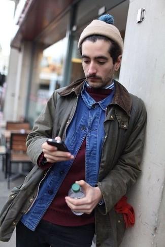 Come indossare e abbinare: giacca leggera verde oliva, maglione girocollo bordeaux, camicia di jeans blu, camicia a maniche lunghe a righe verticali bianca e blu scuro