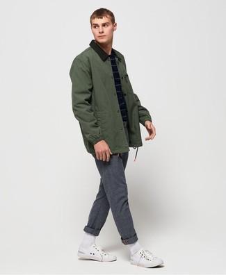 Come indossare e abbinare: giacca leggera verde scuro, maglione girocollo a righe orizzontali blu scuro, chino di lana grigi, sneakers basse di tela bianche