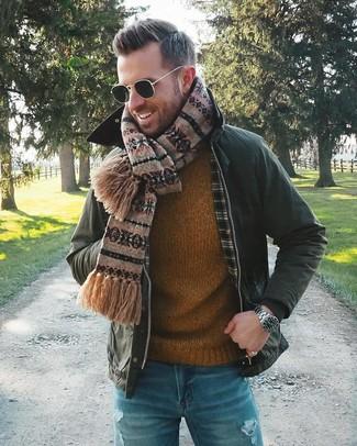 Come indossare e abbinare: giacca leggera verde scuro, maglione girocollo terracotta, jeans strappati blu, sciarpa con motivo fair isle marrone