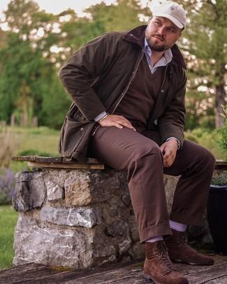 Trend da uomo 2021: Indossa una giacca leggera marrone scuro e chino marrone scuro per vestirti casual. Sfodera il gusto per le calzature di lusso e indossa un paio di stivali casual in pelle scamosciata marrone scuro.