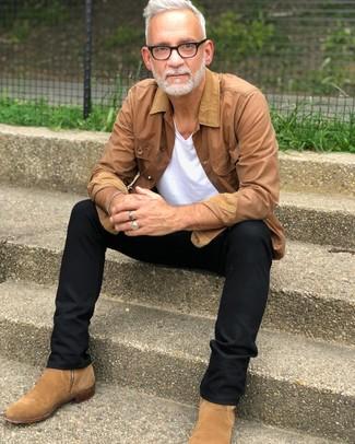 Come indossare e abbinare: giacca leggera marrone chiaro, t-shirt con scollo a v bianca, chino neri, stivali chelsea in pelle scamosciata marrone chiaro