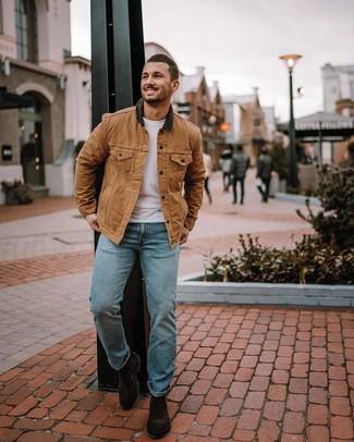 Come indossare e abbinare: giacca leggera marrone chiaro, t-shirt girocollo bianca, jeans azzurri, stivali chelsea in pelle scamosciata marrone scuro