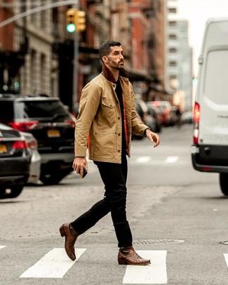 Come indossare e abbinare: giacca leggera marrone chiaro, t-shirt girocollo nera, jeans neri, stivali texani in pelle marroni