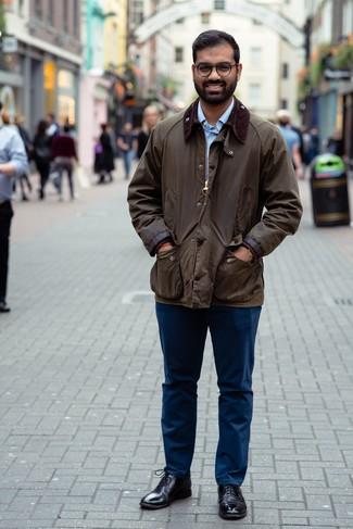 Come indossare e abbinare scarpe oxford in pelle nere: Prova a combinare una giacca leggera marrone scuro con chino blu scuro per un look spensierato e alla moda. Scegli uno stile classico per le calzature e mettiti un paio di scarpe oxford in pelle nere.