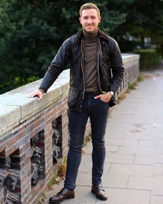 Come indossare e abbinare: giacca leggera nera, dolcevita marrone, jeans blu scuro, scarpe double monk in pelle marrone scuro