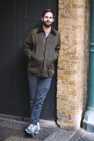 Come indossare e abbinare calzini bianchi: Abbina una giacca leggera verde scuro con calzini bianchi per un look comfy-casual. Scegli un paio di sneakers basse in pelle scamosciata blu scuro per un tocco virile.