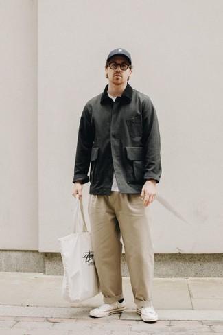 Come indossare e abbinare una giacca leggera grigio scuro: Vestiti con una giacca leggera grigio scuro e chino beige per vestirti casual. Calza un paio di sneakers basse di tela bianche per un tocco più rilassato.