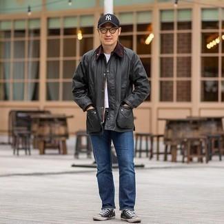 Come indossare e abbinare una giacca leggera grigio scuro: Combina una giacca leggera grigio scuro con jeans blu per un look spensierato e alla moda. Opta per un paio di sneakers alte di tela nere e bianche per avere un aspetto più rilassato.