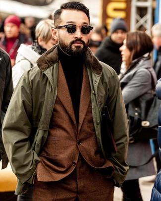 Come indossare e abbinare: giacca leggera verde oliva, abito di lana terracotta, dolcevita marrone scuro, occhiali da sole neri