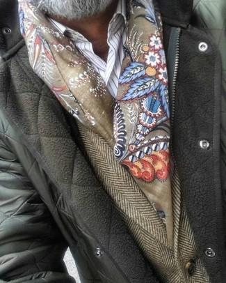 Come indossare e abbinare: giacca leggera trapuntata verde oliva, blazer di lana a spina di pesce marrone, camicia elegante a righe verticali bianca, sciarpa stampata verde oliva
