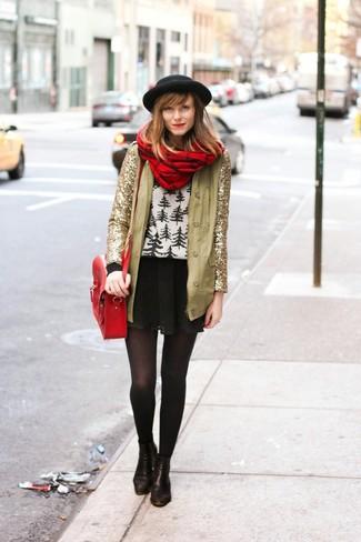 Coniuga una giacca con paillettes dorata con una gonna a pieghe nera per creare un look raffinato e glamour. Un bel paio di stivaletti in pelle neri è un modo semplice di impreziosire il tuo look.