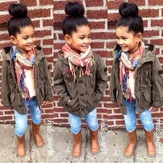 Come indossare: giacca marrone scuro, maglione bianco, jeans azzurri, stivali marroni
