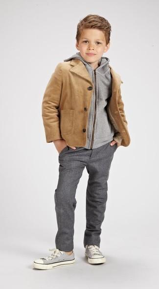 Come indossare: giacca marrone chiaro, felpa con cappuccio grigia, pantaloni grigi, sneakers grigie