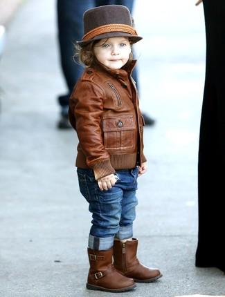 Come indossare: giacca in pelle marrone, jeans blu, stivali in pelle marroni, borsalino marrone scuro